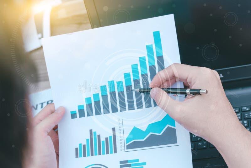 Concetto di successo di statistiche d'impresa: fina di analisi dei dati dell'uomo d'affari immagini stock