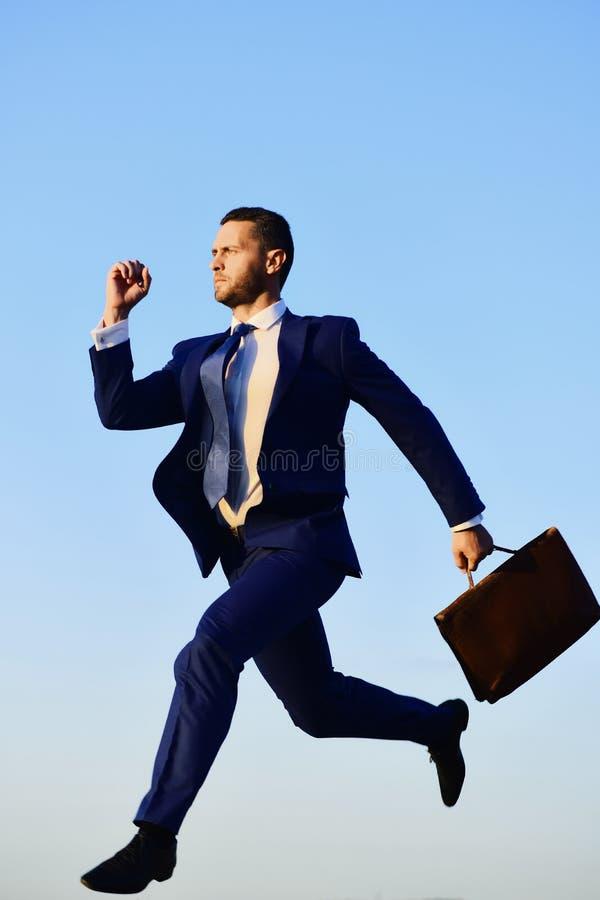 Concetto di successo e di affari L'uomo d'affari fa per aumentare in aria fotografie stock