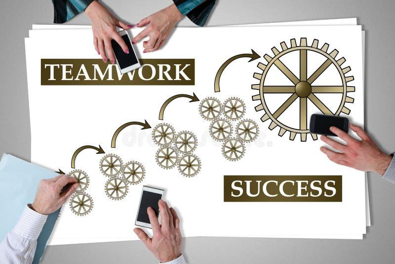 Concetto di successo di lavoro di squadra disposto su uno scrittorio immagini stock libere da diritti