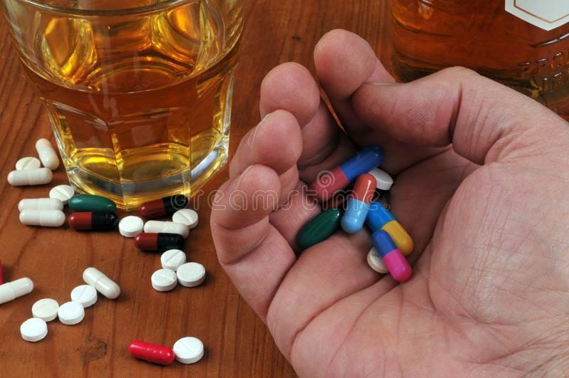 Concetto di suicidio con medicina ed alcool immagini stock libere da diritti