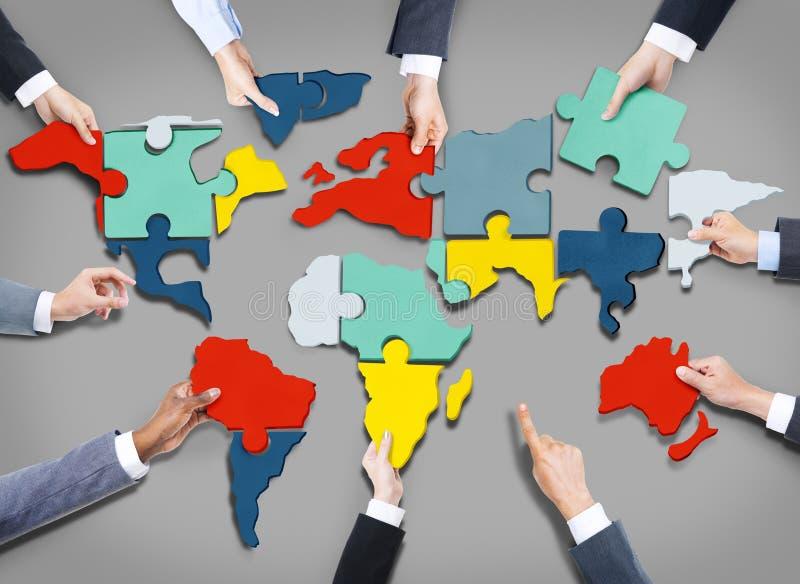 Concetto di Team World Map Jigsaw Puzzle di affari corporativi immagini stock