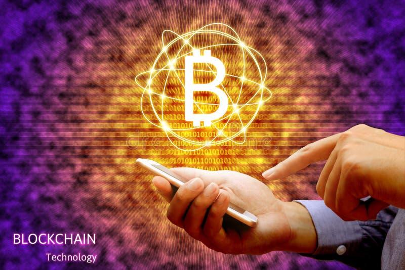 Concetto di tecnologia di Blockchain, smartphone della tenuta dell'uomo d'affari immagine stock libera da diritti