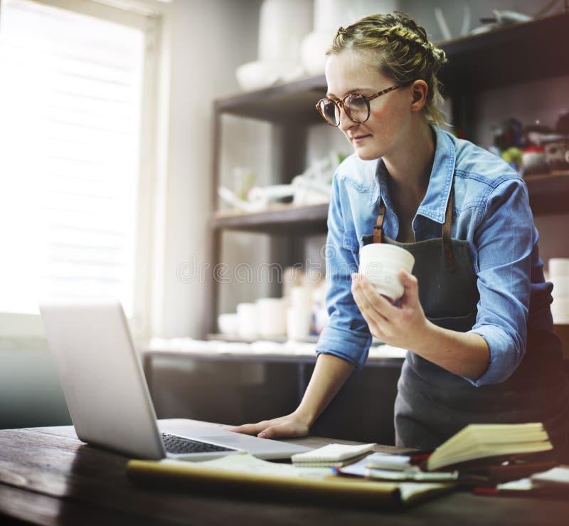 Concetto di tecnologia di Browsing Laptop Connection dell'artigiano immagine stock libera da diritti