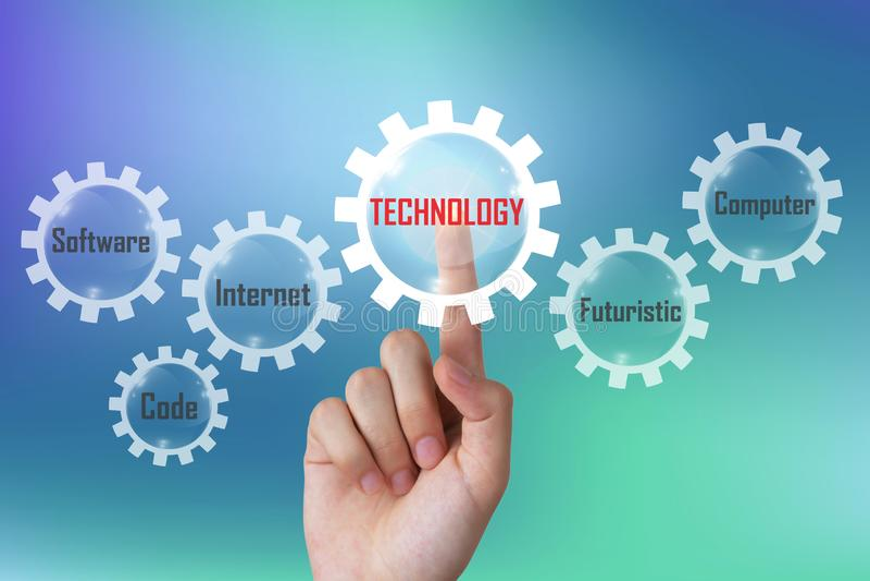 Concetto di tecnologia, uomo d'affari che spinge il diagramma di tecnologia su un touch screen immaginario fotografie stock libere da diritti