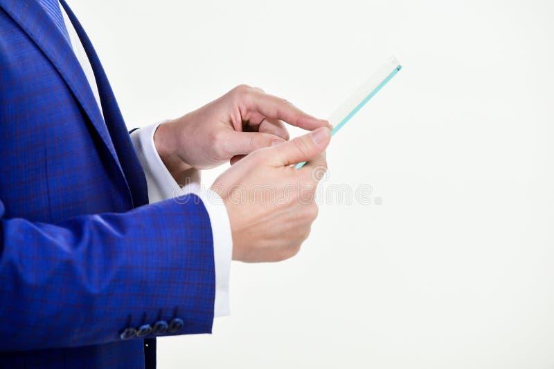 Concetto di tecnologie e di affari Computer portatile della compressa in mani del responsabile Controllo di sistema astuto Digita fotografia stock libera da diritti