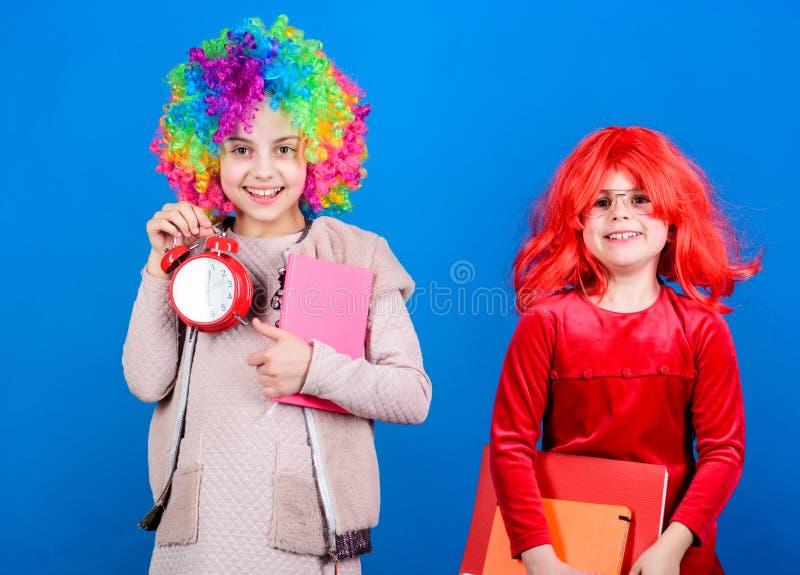 Concetto di tempo e di disciplina Istruzione scolastica del circo Tempo di divertiresi Allarme riccio variopinto della tenuta di  fotografia stock libera da diritti