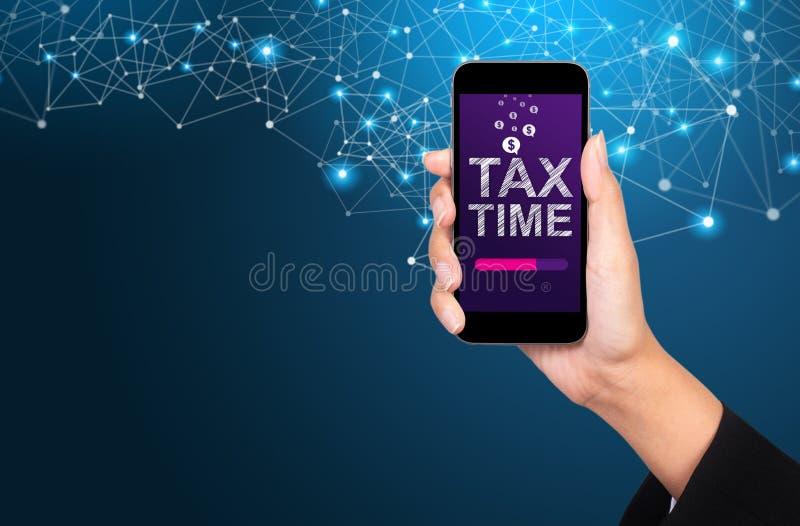 Concetto di tempo di imposta Tempo di imposta sullo schermo dello smartphone in donna di affari immagini stock