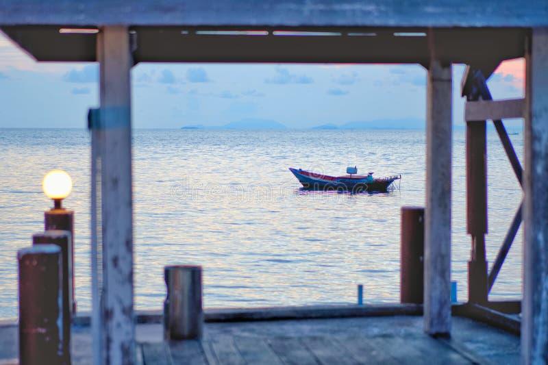 Concetto di tempo di vacanza, barca di A che va e che parcheggia nel mare immagine stock libera da diritti