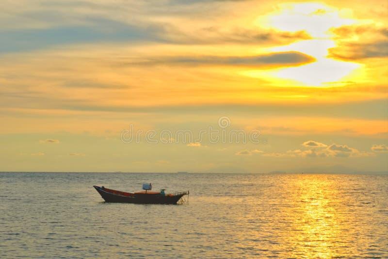 Concetto di tempo di vacanza, barca di A che va e che parcheggia nel mare con tempo di tramonto o tempo dorato e nuvola fotografia stock