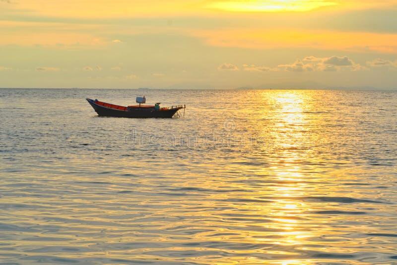 Concetto di tempo di vacanza, barca di A che va e che parcheggia nel mare con tempo di tramonto o tempo dorato e nuvola fotografie stock