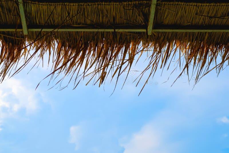 Concetto di tempo di vacanza, tempo della spiaggia sulla terra di legno con la vista del mare fotografie stock