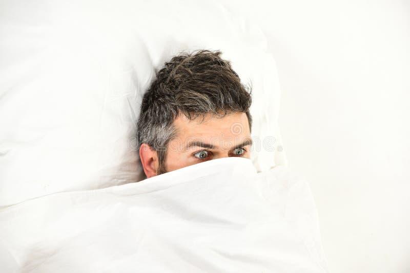 Concetto di timore e di incubo L'uomo vuole restare a letto immagini stock libere da diritti