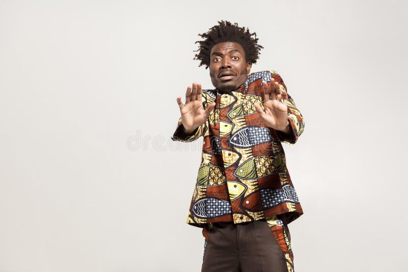 Concetto di timore Uomo africano confuso spaventato e panico immagini stock