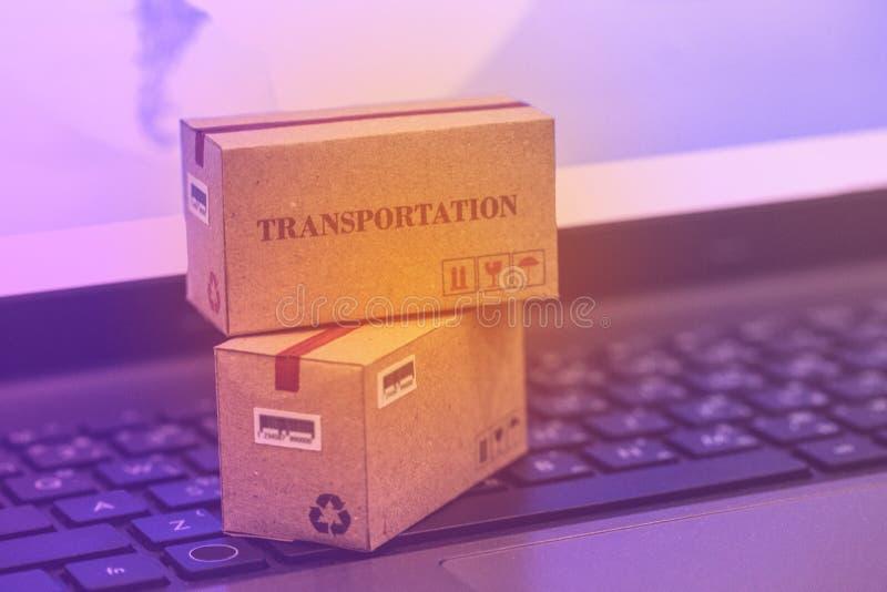 Concetto di trasporto e di acquisto online: Cardbo d'imballaggio fotografie stock libere da diritti