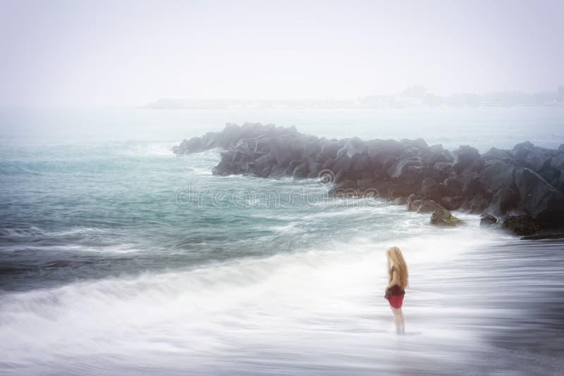 Concetto di tristezza e di depressione - mare nebbioso fotografie stock libere da diritti