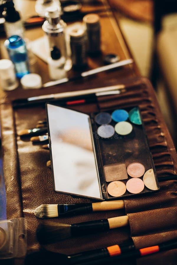 Concetto di trucco insieme delle spazzole, polvere, palett di trucco degli ombretti fotografia stock libera da diritti