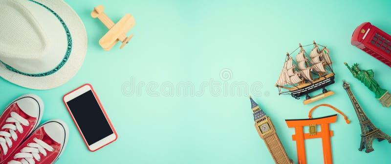 Concetto di turismo e di viaggio con gli accessori ed i ricordi di viaggio su fondo blu immagini stock libere da diritti
