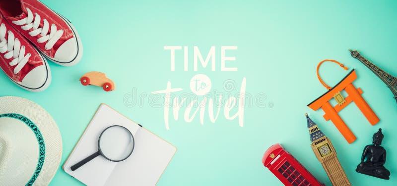 Concetto di turismo e di viaggio con gli accessori ed i ricordi di viaggio su fondo blu fotografia stock
