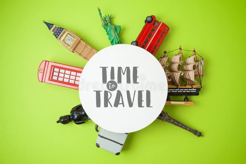 Concetto di turismo e di viaggio con i ricordi intorno al mondo su fondo verde immagine stock