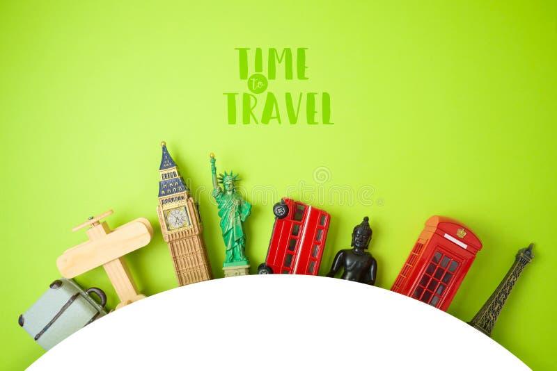 Concetto di turismo e di viaggio con i ricordi su fondo verde immagine stock libera da diritti