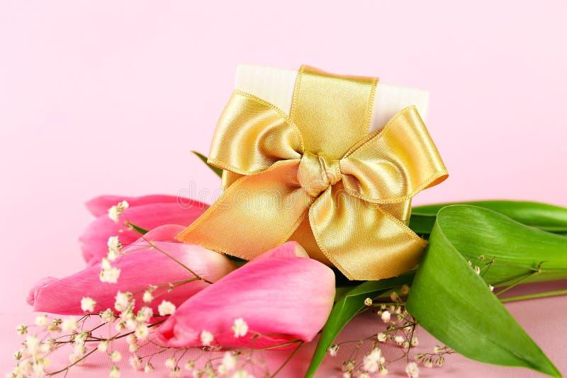 Concetto di umore della primavera Disposizione di fiori rosa con molto spazio della copia per testo immagini stock libere da diritti
