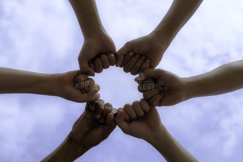 concetto di unità, del gruppo, del sindacato, della gente e di gesto - alto vicino immagini stock libere da diritti