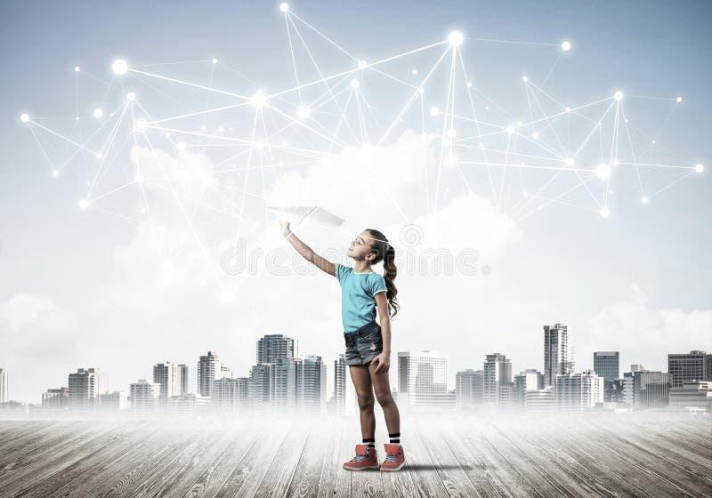 Concetto di uso senza fili sociale di Internet e del collegamento per la comunicazione dei bambini fotografia stock