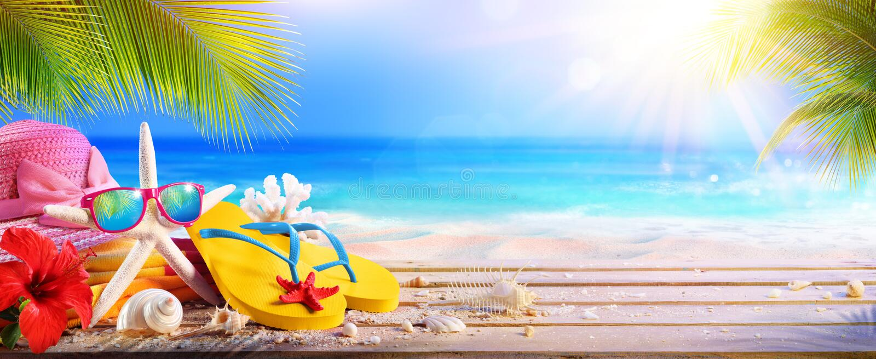 Concetto di vacanza - accessori della spiaggia sulla Tabella immagine stock libera da diritti