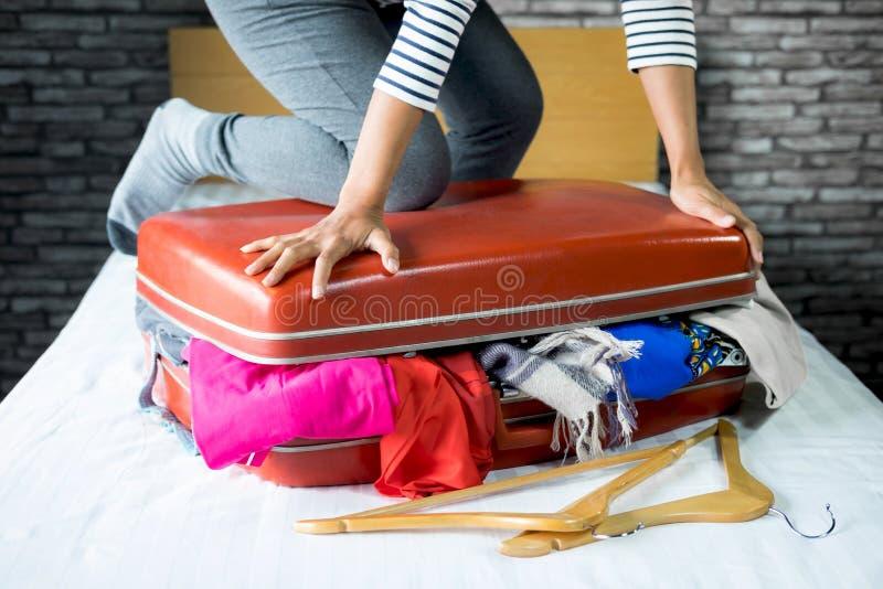 Concetto di vacanza e di viaggio, roba dell'imballaggio della donna di felicità ed a immagini stock