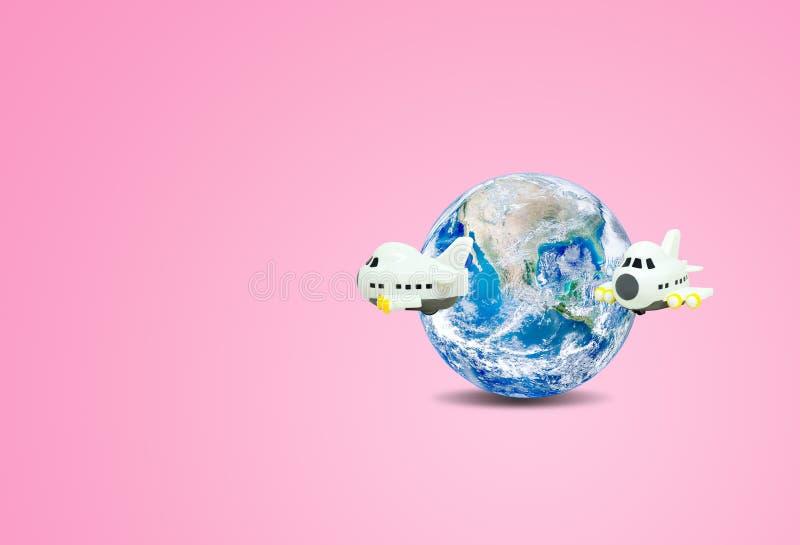 Concetto di vacanza e di viaggio: Volo dell'aeroplano intorno al globo blu del pianeta Terra con fondo rosa royalty illustrazione gratis