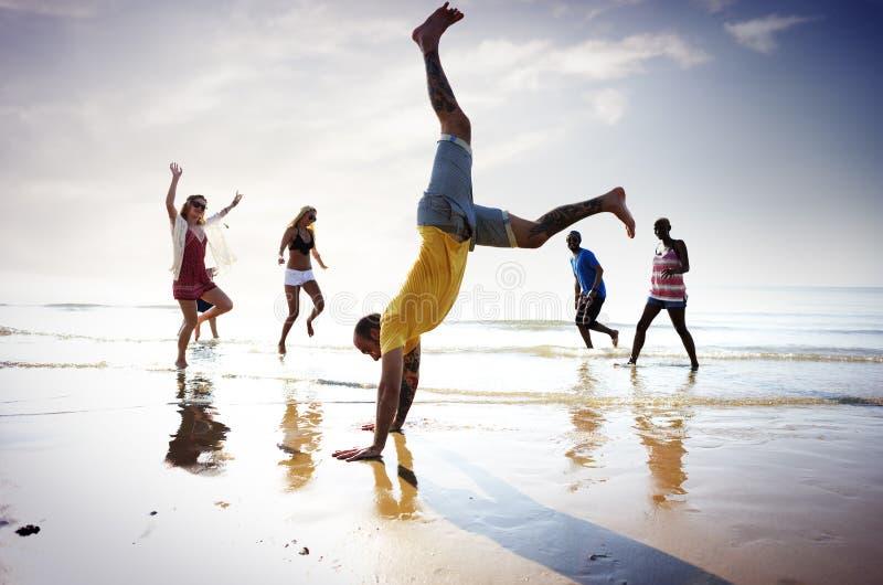Concetto di vacanza estiva della spiaggia di libertà di amicizia immagine stock