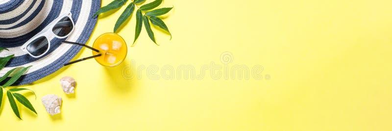 Concetto di vacanza di viaggio di estate Cappello ed occhiali da sole a strisce su giallo fotografie stock libere da diritti