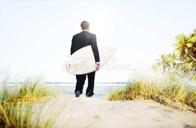 Concetto di vacanze di Surfer Activity Beach dell'uomo d'affari fotografia stock libera da diritti