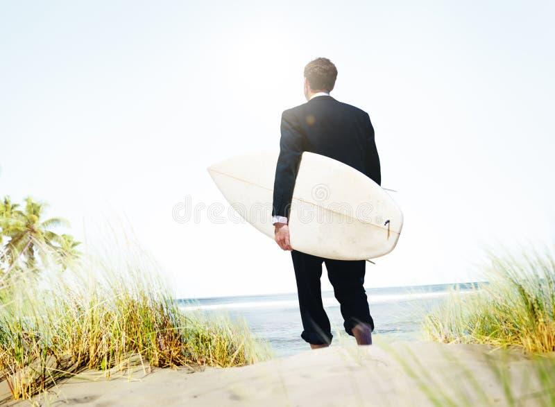 Concetto di vacanze di Surfer Activity Beach dell'uomo d'affari immagine stock libera da diritti