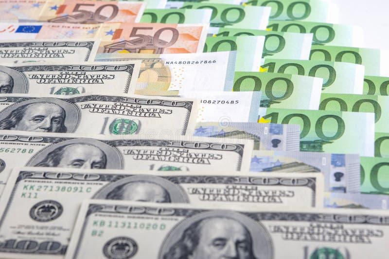 Concetto di valuta: Primo piano dell'europeo e delle monete forti degli Stati Uniti immagine stock