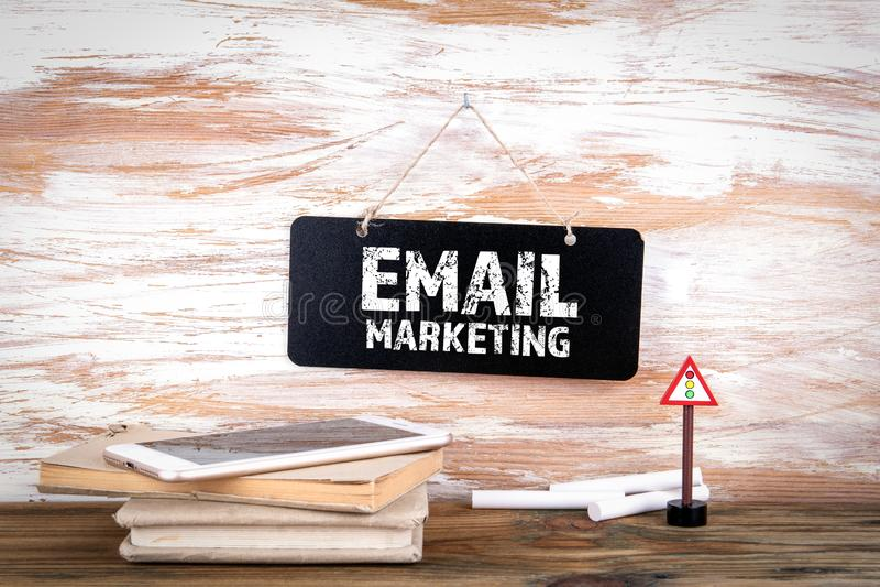 Concetto di vendita del email Piccola lavagna sulla parete immagini stock