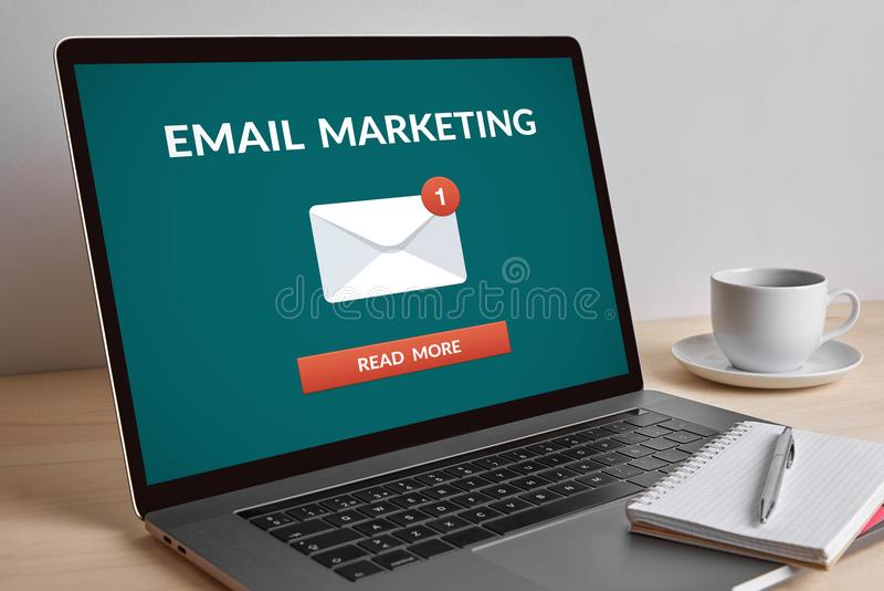 Concetto di vendita del email sullo schermo di computer portatile moderno fotografie stock libere da diritti