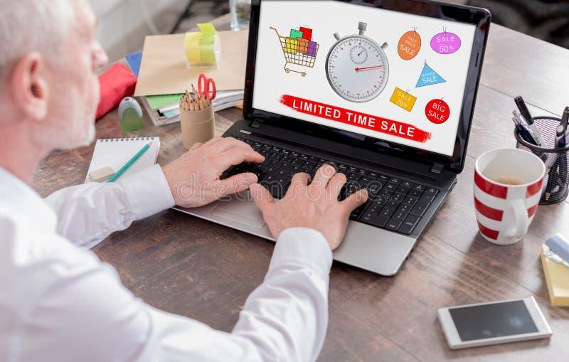 Concetto di vendita di tempo limitato su uno schermo del computer portatile immagini stock