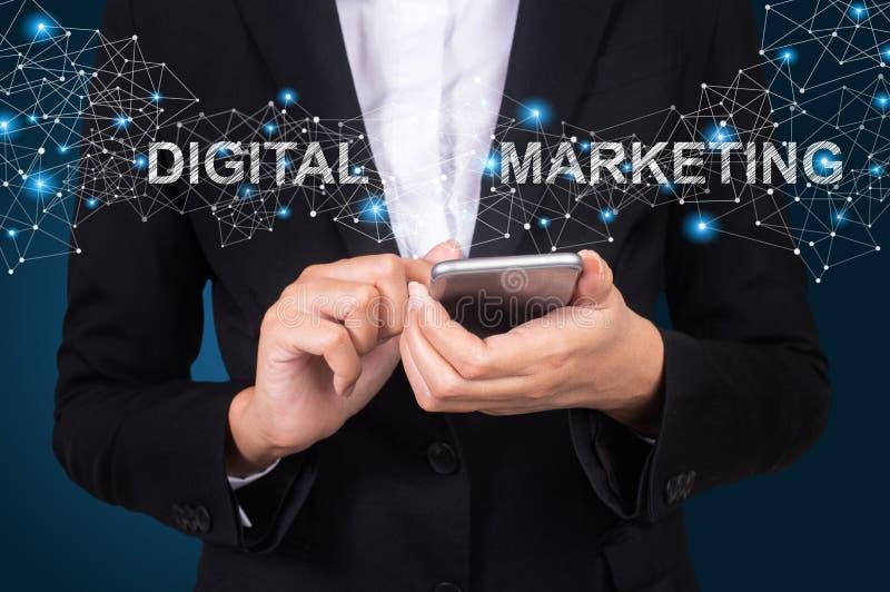 Concetto di vendita di Digital, donna di affari che usando fon astuto mobile immagini stock libere da diritti