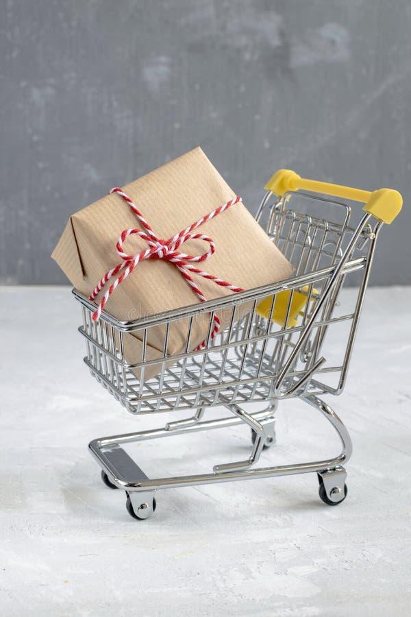 Concetto di vendita di Natale - regalo con la carta del mestiere immagine stock
