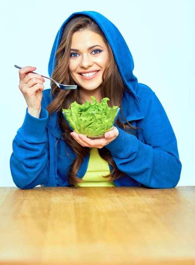 Concetto di verdure di dieta Donna che mangia insalata immagini stock libere da diritti