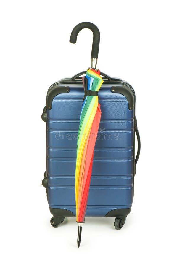 Concetto di viaggio con il caso e l'ombrello immagine stock