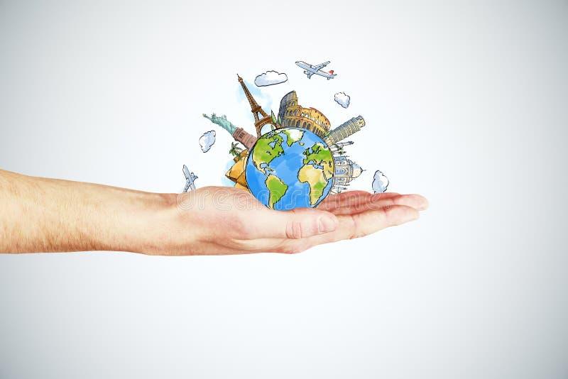 Concetto di viaggio con la mano dell'uomo e la terra rotonda con i punti di riferimento royalty illustrazione gratis
