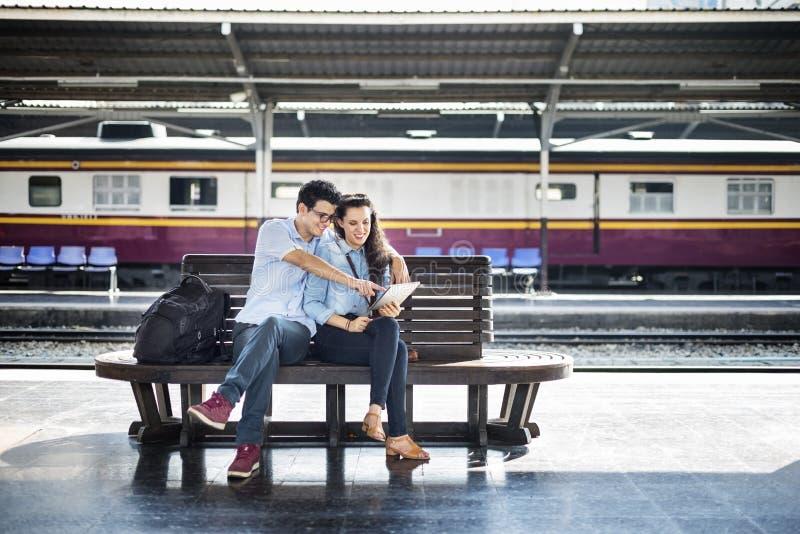 Concetto di viaggio della mappa del ritrovo di amicizia delle coppie fotografia stock