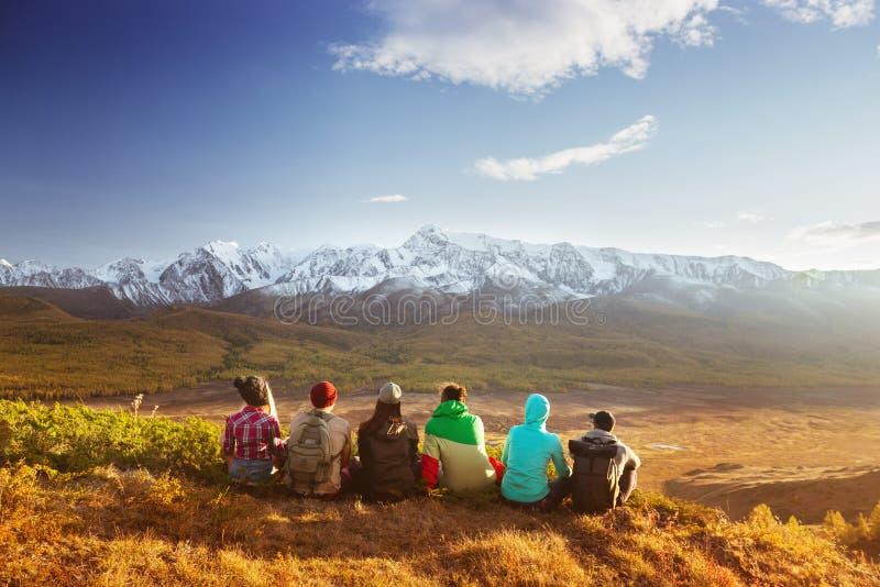 Concetto di viaggio delle montagne del gruppo degli amici immagini stock libere da diritti