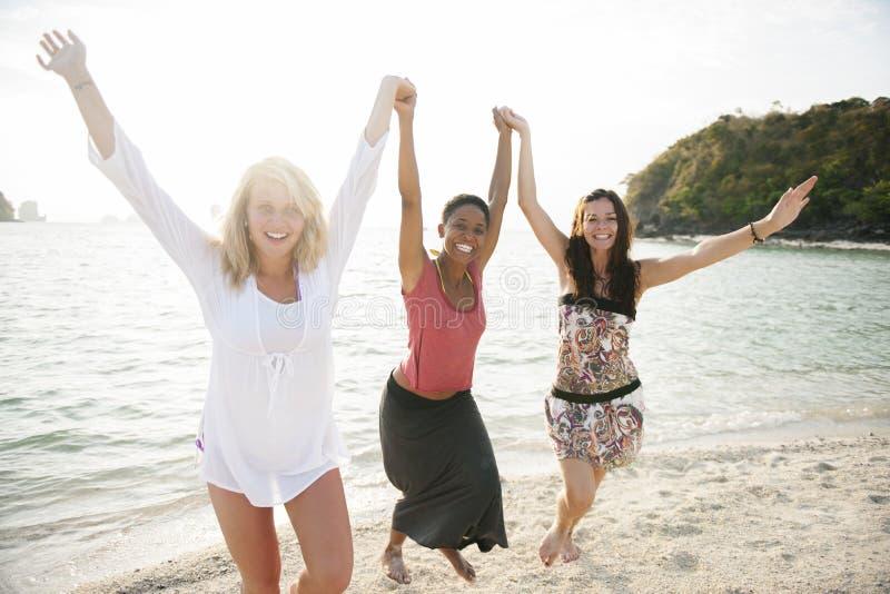 Concetto di viaggio di luce solare di estate della spiaggia della donna fotografie stock libere da diritti