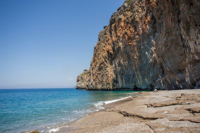 Concetto di viaggio di estate Bella spiaggia con la riva rocciosa immagini stock libere da diritti