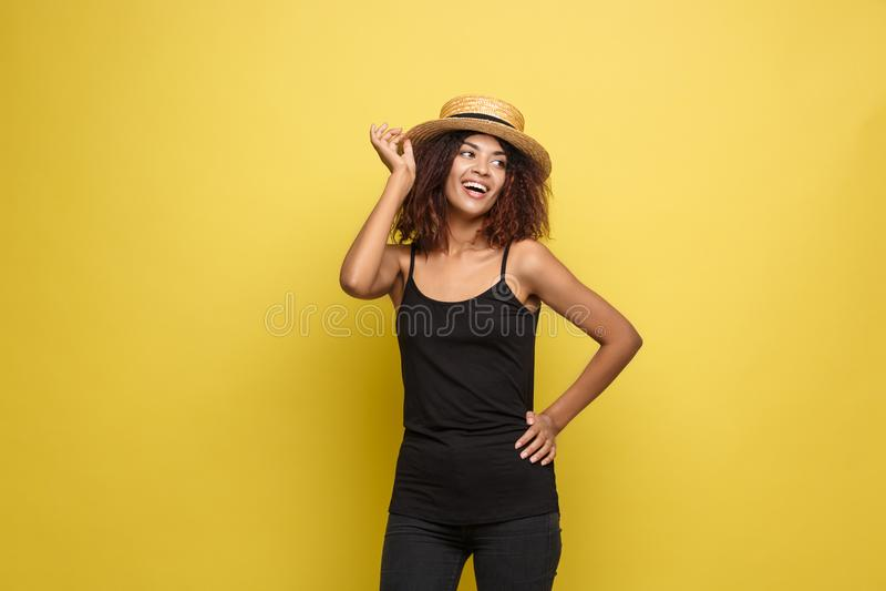 Concetto di viaggio - giovane bella donna afroamericana attraente del ritratto alto vicino con il cappello d'avanguardia che sorr fotografia stock libera da diritti