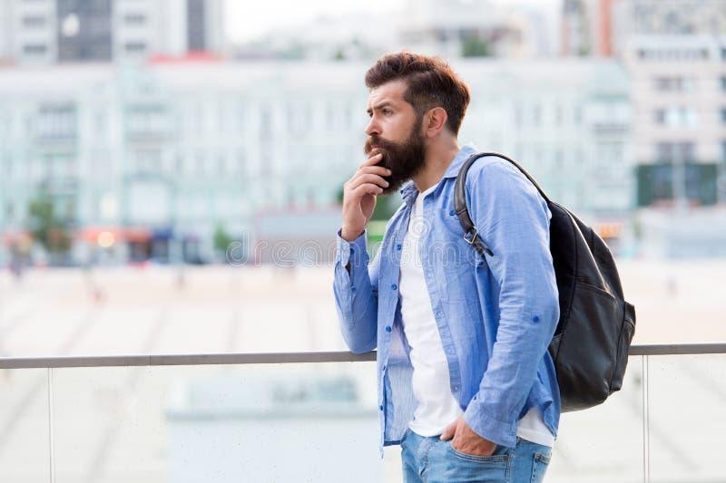 Concetto di viaggio Turista sulla vacanza Fondo urbano turistico moderno dei pantaloni a vita bassa Ricerca delle avventure Turis fotografia stock