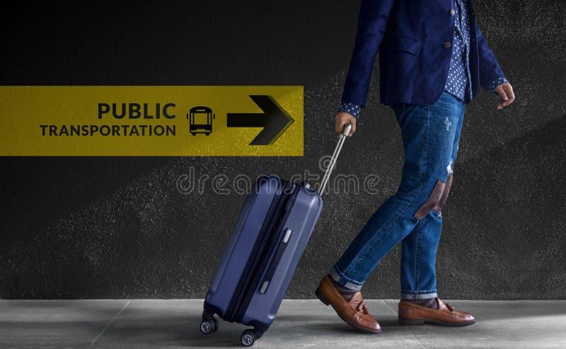 Concetto di viaggio Viaggiatore che cammina con i bagagli nell'aeroporto, immagini stock
